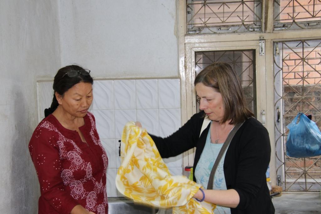 Schals aussuchen bei Sunny Pashmina Bildrechte Frida Feeling